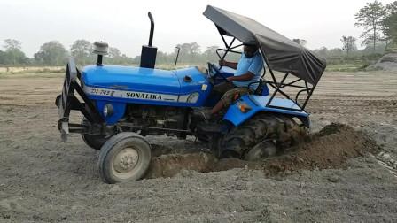 拖拉机陷在泥坑里,对于老司机来说,这不是什么难事