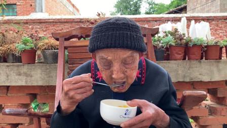 天气热了,95岁老人在儿子家,看看孙子给奶奶吃了啥