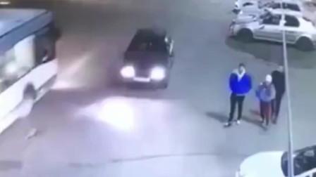 两男一女走在路边,突然祸从天降丢掉性命,监控拍下全过程!