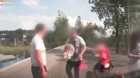 丰田霸摁喇叭惹怒摩托车一家3口,直接动手打人太嚣张!