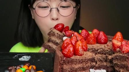 韩国美女吃草莓巧克力蛋糕,一口下去别提多满足了,吃相真馋人