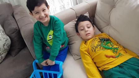 萌宝玩具故事:真捣蛋!小正太趁哥哥睡着做了哪些调皮的事?