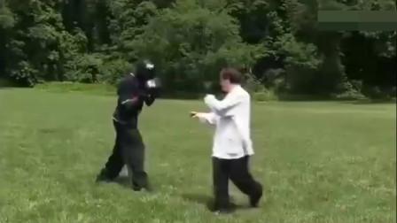黑人拳王挑战中国功夫,被八卦掌宗师30秒击倒4次