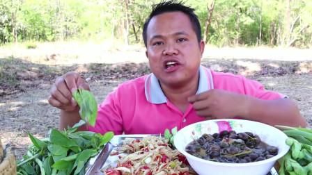 泰国吃播大叔,自制的蘑菇咖喱,美味木瓜沙拉,茎类蔬菜,好特别的吃法