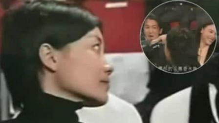 谢霆锋坐陈冠希张柏芝中间唱歌,王菲回头偷看,神情落寞藏不住