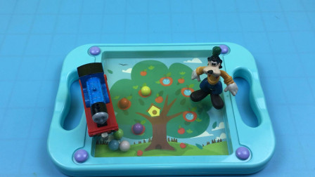 托马斯小火车和高飞狗玩平衡球