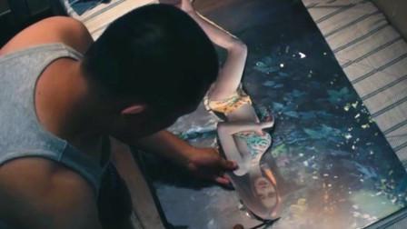 男子得到一把神奇的剪刀,剪什么都能成真,于是他拿出美女海报!
