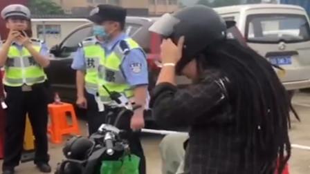 男子因头大戴不上头盔 现场演示民警直接笑出了声