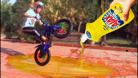 3瓶润滑油铺满地面,骑自行车能否通过?老外亲测后一阵爆笑