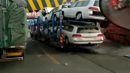 半挂车司机拉了一车酷路泽,限高撞了一辆,这要赔多少钱啊!