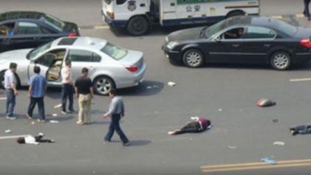 飙车党市区疯狂飙车,明知前方有人还狂拧油门,监控拍下让人愤怒的6秒!