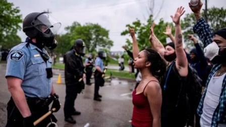 """打砸抢烧!美国这个地方正经历史上最大规模,抗议者""""接管""""局大楼,美出动军队 #美国"""