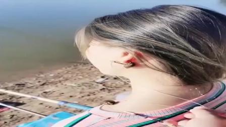 农村小媳妇真厉害,鱼没钓到一条到把自己的耳朵给钩住了,让人哭笑不得!