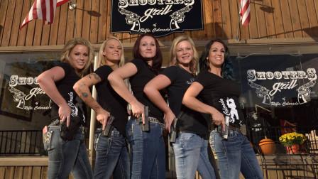 彪悍的只有俄罗斯?美国美女老板,为保餐厅安全要求全员配枪!