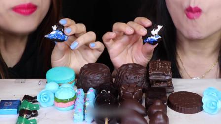 两位小姐姐吃一样的甜点,柔软的蛋糕口味香甜,疲劳时最适合吃巧克力甜点