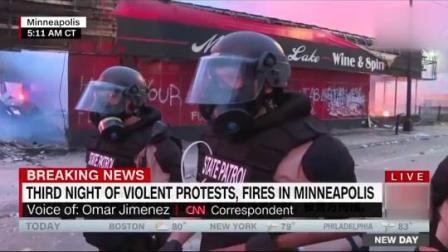 明尼阿波利斯抗议现场,CNN报道团队被警方铐住手铐逮捕带走,现已被释放。