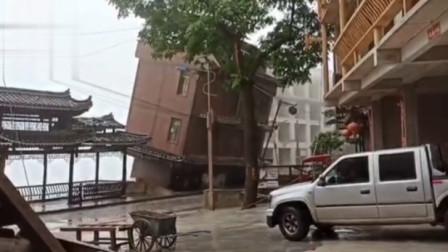 现场吓人!实拍贵州黔东南一景区附近民房突然垮塌