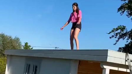 美国疫情期间,美女在家憋坏了,跑到自家小屋顶上跳舞