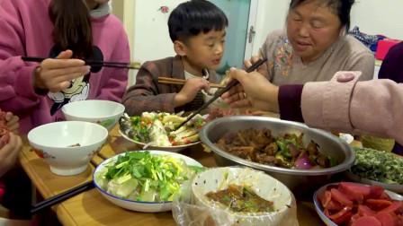 农村小伙院子里烹饪大餐,鸡鸭鱼肉,两个锅火力全开,全家吃的其乐融融