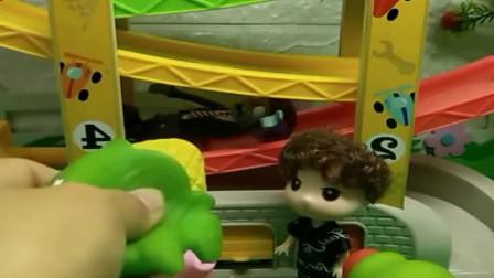 小猪佩奇玩具:佩奇乔治哭了,因为他们的玩具被抢了,就有人帮佩奇找回来了