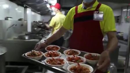 沈阳高校食堂推出9元一份半斤小龙虾,学生:便宜又好吃!