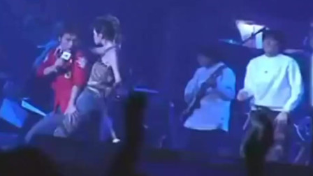 梅艳芳在舞台上衣服开了,刘德华直接给扣好了,这个必须我来做!