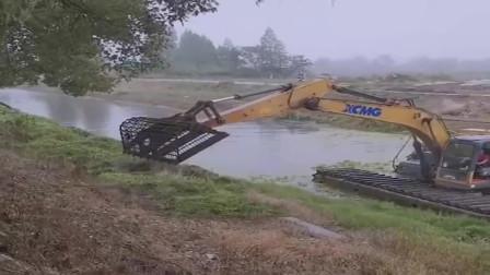 四川乐山市:用挖掘机清理水草,这才是物尽其用,比拆房子强一万倍!