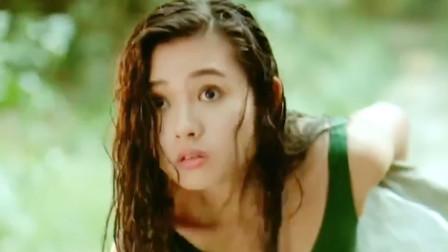 李丽珍在山泉下游泳,谁想碰到带僵尸游玩的小伙,吓得不行