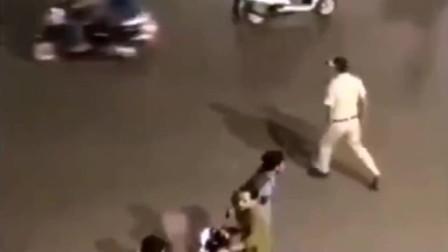 印度精神小伙出门不带口罩,于是当地的警察蜀黍出手了!