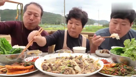 韩国大胃王一家的早餐是蘑菇牛肉乱炖,一大早就那么丰盛,真不愧是他们!