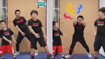 """邹市明父子跳舞像""""群魔乱舞"""",二儿子被爸爸意踩到脚疼到嗷嗷叫"""