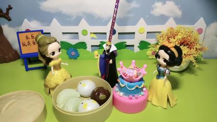 白雪和贝尔一起给王后过生日