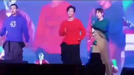 肖战穿红色毛衣跳舞,俏皮可爱的样子,太逗了