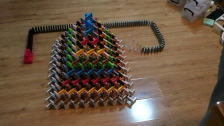 彩色金字塔 7岁孩子摆多米诺