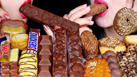 """韩国ASMR吃播:""""糖果冰激凌棒+焦糖芝士蛋糕+吉百利巧克力+饼干+士力架"""",听这咀嚼音,吃货姐妹花吃得真馋人"""