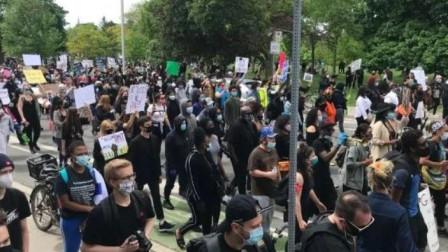 加拿大也开始闹了!多伦多市爆发千人游行示威