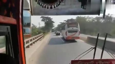 这就是印度司机,在狭窄路道疯狂飙车,简直和过山车一样刺激!