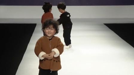 4岁萌娃走秀被意外绊倒,下一秒临场反应曝光,观众彻底被逗笑了