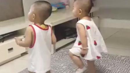 哥哥跳舞时弟弟全程不配合,下一秒哥哥的动作,让网友笑到肚子疼