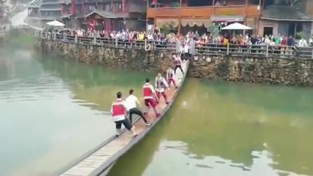 广西双龙沟网红摇桥,现场人山人海,摇桥的个个都是人才!