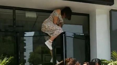 北京美女钥匙忘带了爬到一半才发现自己穿裙子