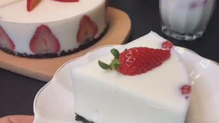 草莓慕斯蛋糕,无需烤箱,最关键低热量。喜欢的可以试试做哦