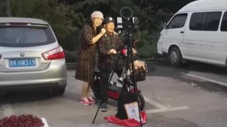 天津网红大爷也加入直播大军,旁边阿姨的歌声让人难以接受