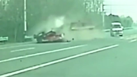 """監控:陜西大貨車司機一個急剎車,滿載鋼管把車頭瞬間削平,太""""恐怖""""了!"""