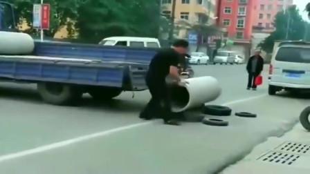 监控:广东货车司机找人卸货,遭狮子大开口,一怒之下自己卸