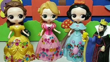 王后给公主们发红包了,白雪和贝儿还有长发都是一百元,她们好开心呀!