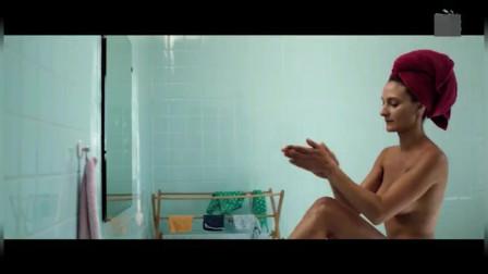 夏日阁楼:卡米拉正刮腿毛,大卫突然进来了,做法太过直男
