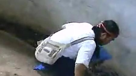 印度三哥玩蛇果真厉害,一人敢身处眼镜蛇窝,同时挑逗多条,太吓人了