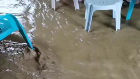 广东暴雨,农民工雨水中淡定的吃饭,网友:阻止不了也得吃饭吧!