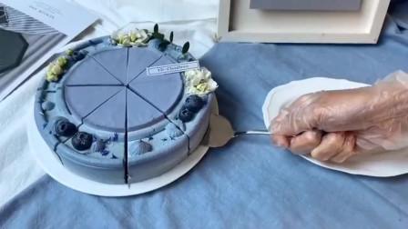 蛋糕师像对待艺术品一样,用心做蛋糕,没想到蛋糕会落到这群人手里!